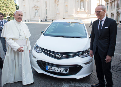 Papa-Francesco-K-T-Neumann-Opel-Ampera-e