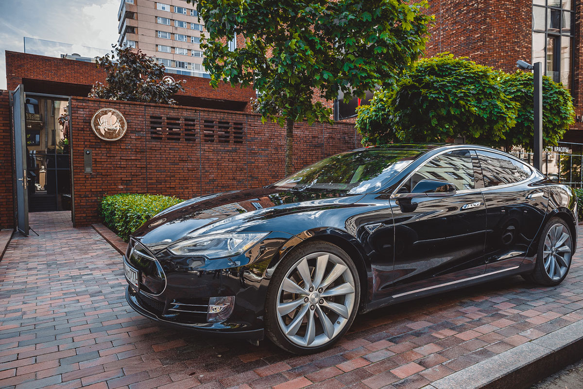 Tesla Model S charger restaurant moscow