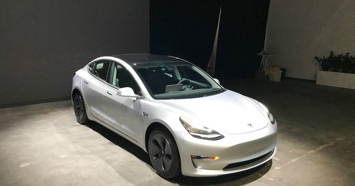 Tesla отзывает 11 тыс. кроссоверов Model X