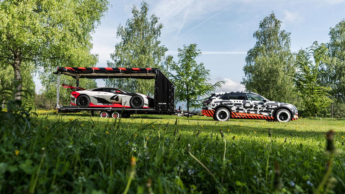 Прототип Audi e-tron тащит трейлер с e-tron Vision GT